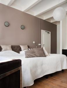 A bed or beds in a room at Bed en Brood - Veere