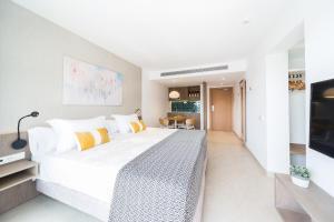 Łóżko lub łóżka w pokoju w obiekcie Inturotel Esmeralda Park