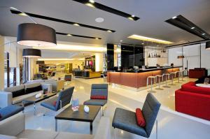 The lounge or bar area at Ibis Bangkok Sukhumvit 4