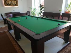 Stół bilardowy w obiekcie Isaan Ostrzyce - Samodzielne Komfortowe Apartamenty i Tajska Kuchnia na Kaszubach