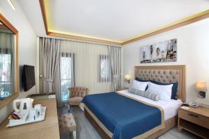 سرير أو أسرّة في غرفة في DoubleTree by Hilton Bodrum Marina Vista