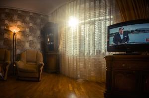 Uma TV ou centro de entretenimento em Elvin's Luxury Apartment