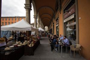 Um restaurante ou outro lugar para comer em Duccio's apartments