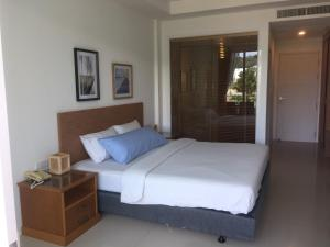 A bed or beds in a room at Clear House Resort