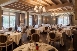 Restaurant ou autre lieu de restauration dans l'établissement Le Vallon de Valrugues & Spa