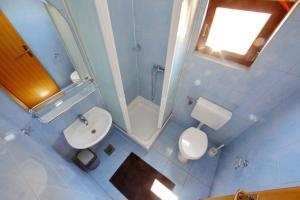 A bathroom at Pansion Marta