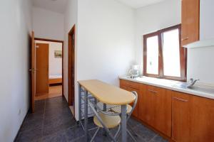 A kitchen or kitchenette at Pansion Marta
