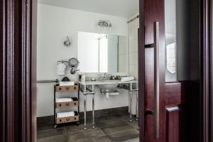 A bathroom at Ironworks Hotel Indy