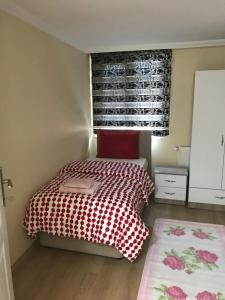 سرير أو أسرّة في غرفة في Apartment by Villa Özdilek