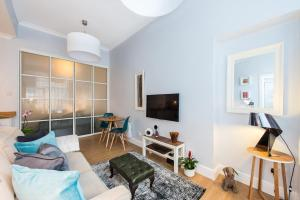 A television and/or entertainment centre at Scottish Stays - Main Door Studio in West Montgomery Place