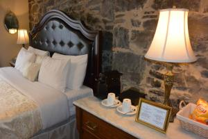 A bed or beds in a room at Manoir Sainte Genevieve