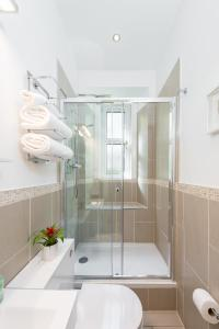 A bathroom at Scottish Stays - Edina Place Apartment