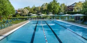Der Swimmingpool an oder in der Nähe von Hotel Hofmark