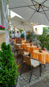 Ein Restaurant oder anderes Speiselokal in der Unterkunft Hotel Ohm Patt