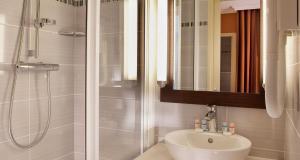 A bathroom at Hotel Saint Honore