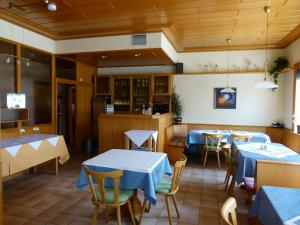 """A restaurant or other place to eat at Pension """"Zum Schwan"""""""