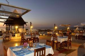 A restaurant or other place to eat at Hôtel Kadiandoumagne