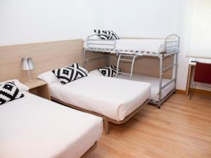 A bunk bed or bunk beds in a room at Hotel Restaurante Cadosa
