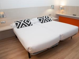 A bed or beds in a room at Hotel Restaurante Cadosa