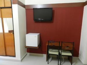 Uma TV ou centro de entretenimento em Hotel Nuevo Camino