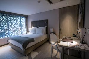 A bed or beds in a room at Hotel CityFlats