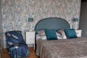 A bed or beds in a room at Le Manoir de Bonningues les Ardres