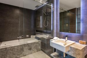 A bathroom at Gambaro Hotel Brisbane