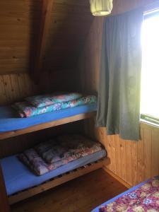 En eller flere køjesenge i et værelse på Løkken Strand Camping
