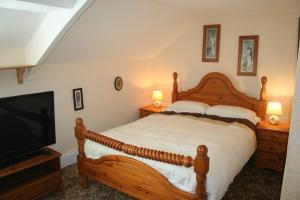 A bed or beds in a room at Coynant Farm Guesthouse