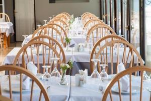 Ein Restaurant oder anderes Speiselokal in der Unterkunft Kymata Hotel