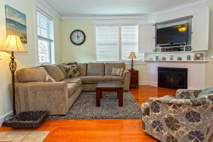 A seating area at Compass Rose Three-Bedroom Home