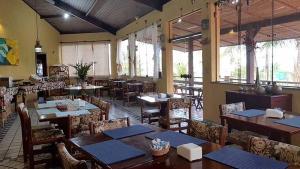 Um restaurante ou outro lugar para comer em Cia do Mar Praia Hotel