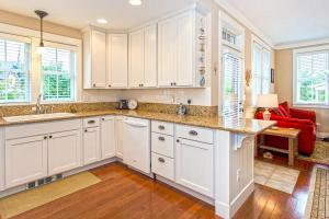 A kitchen or kitchenette at Driftwood Four-Bedroom Home