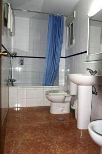 A bathroom at Hostal Jentoft