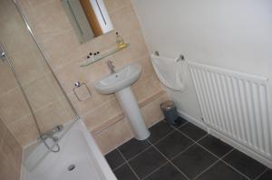 A bathroom at The Boot Inn