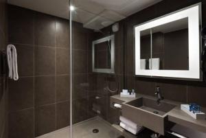Um banheiro em Novotel Paris Charles de Gaulle Airport