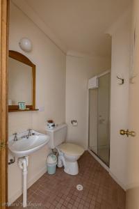A bathroom at Hotel Avonleigh