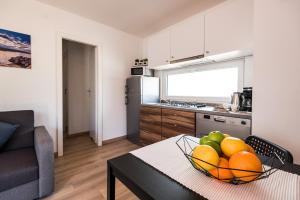 Kuchnia lub aneks kuchenny w obiekcie Croatia Camp Mobile Homes Pirovac