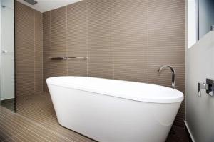 A bathroom at BOOMERANG BREEZE 2