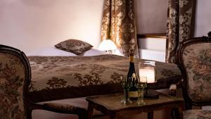 Postel nebo postele na pokoji v ubytování zámek Kolštejn - hotel Chateau Goldenstein