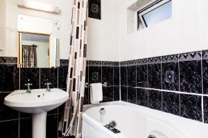 A bathroom at Killarney Guest House