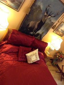 A bed or beds in a room at Burnbrae B&B