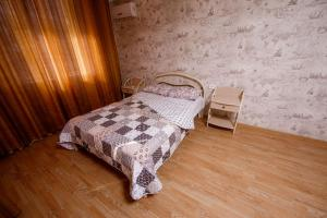 A bed or beds in a room at Квартира у Факела