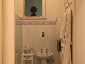 A bathroom at Summerhill Farm B&B