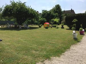 A garden outside Villa Roland en Bourgogne