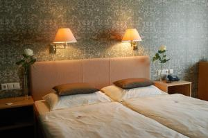 A bed or beds in a room at Hotel & Restaurant Schröder