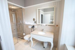A bathroom at Hotel Amts-Apotheke