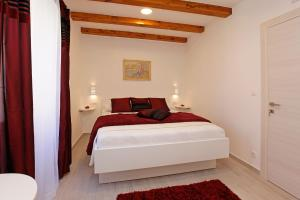 A bed or beds in a room at Luxory D-Rooms