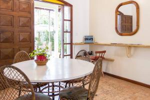 Espaço para refeições no albergue
