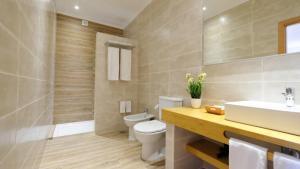 A bathroom at Quinta dos Poetas Nature Hotel & Apartments